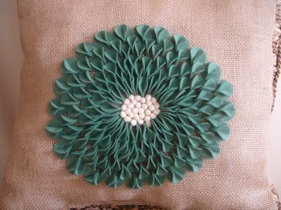 pillow for living roomDahlias Pillows, Make Pillows, Crafts Ideas Felt, Homemade Flower, Pillows Tutorials, Felt Pillows, Felt Flower, Felt Dahlias, Beautiful Pillows