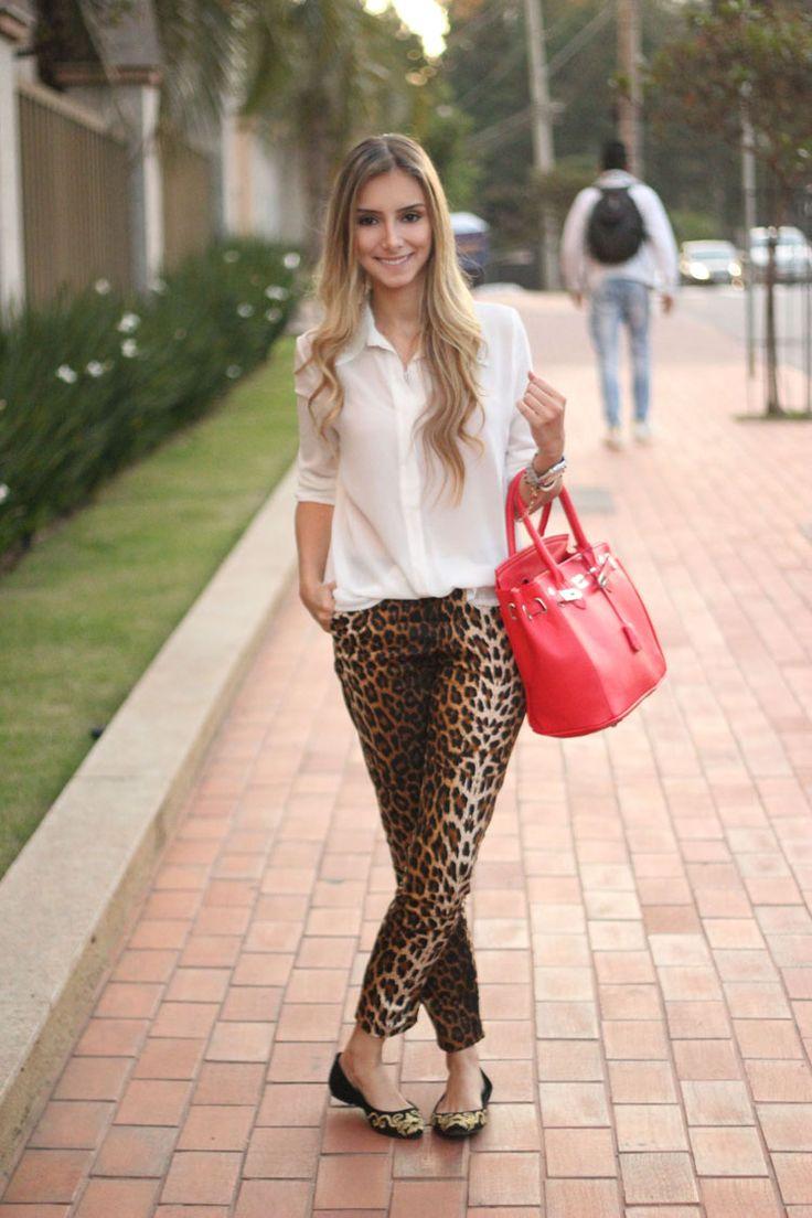 look-da-onca-sapatilha-barroca-dourada-arabesco-calca-oncinha-camisa-branca-bolsa-vermelha-fonte-calcados-anacapri