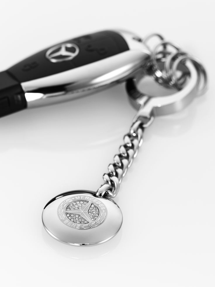 Heyday key ring. Stainless steel, set with imitation stones. Vintage Mercedes?Benz star logo from 1926. Diameter 3 cm.
