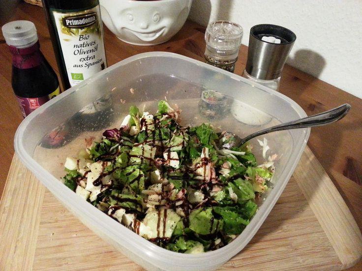 Fitness Rezept Gemischter Salat mit Thunfisch und Mozzarella - Nährwerte pro Portion: Kalorien 256 kcal - Protein 30,2 g - Fett 12,8 g - Kohlenhydrate 4,7 g