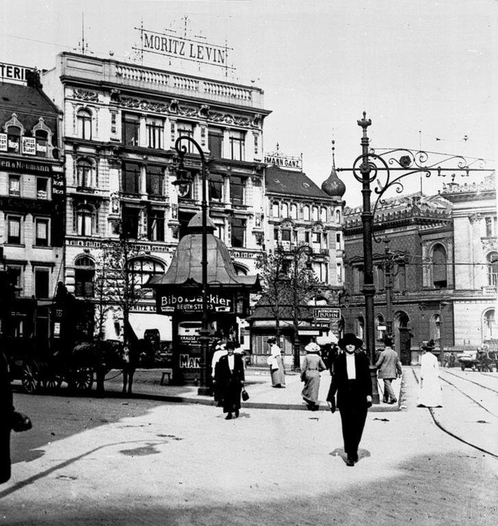Am Hausvogteiplatz, dass Bekleidungsgeschäft Moritz Levin. Eines von vielen der hier damals ansässigen Bekleidungsgeschäfte. Der Platz, der im Volksmund auch Schinkenplatz gennant wurde, galt als das Modezentrum. Berlin, 1914. o.p.
