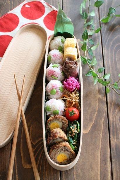 梅枝豆おにぎりスコッチエッグ卵焼きローストビーフ紫キャベツのマリネ金平牛蒡プチトマトほうれん草のナムル