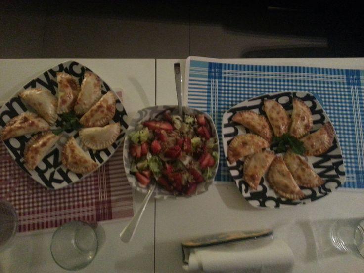 Improvisaciones! Empanadillas de calabacín con mozarella y tomate natural + empanadillas de atun+ ensalada de lechuga con queso y fresas. Riquísimo!