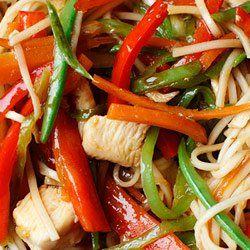 Chow mein z kurczakiem i warzywami   Kwestia Smaku