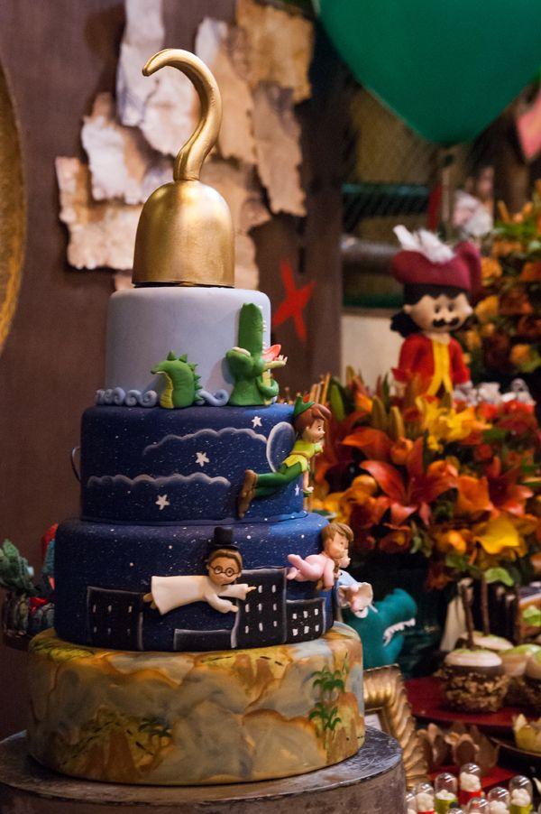 A festa de 2 anos dos gêmeos Lucas e Matheus antecipou a estreia do filme Peter Pan nos cinemas. A mamãe Ana Paula, que também é decoradora de festas, cuid