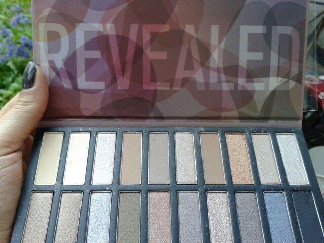 Paleta Revealed de Coastal Scents. 20 sombras neutras, mate, metalicas y con shimner. Hermana de las naked. Muy buena pigmentacion y duracion.
