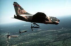 """Mark 81 Un A-7D de la Fuerza Aérea de Estados Unidos lanzando bombas Mk-82 Snakeye, se puede distinguir el """"paracaídas"""" que tiene la bomba."""