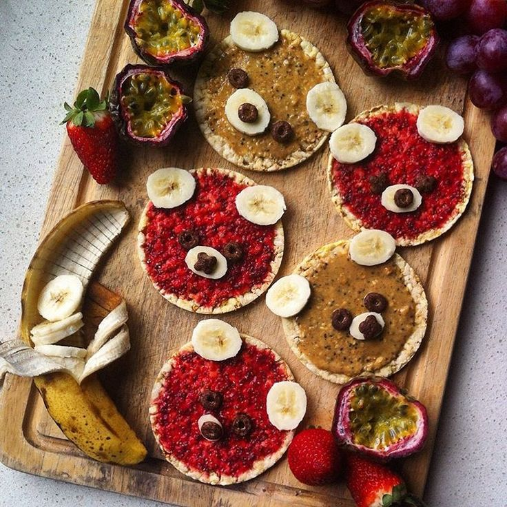 beary cute & beary tasty >> rice crackers with homemade raspberry chia jam, mayver's super spread, banana coins +  xo crunch, passionfruit, strawberries & grapes ~ vegan & gluten free!