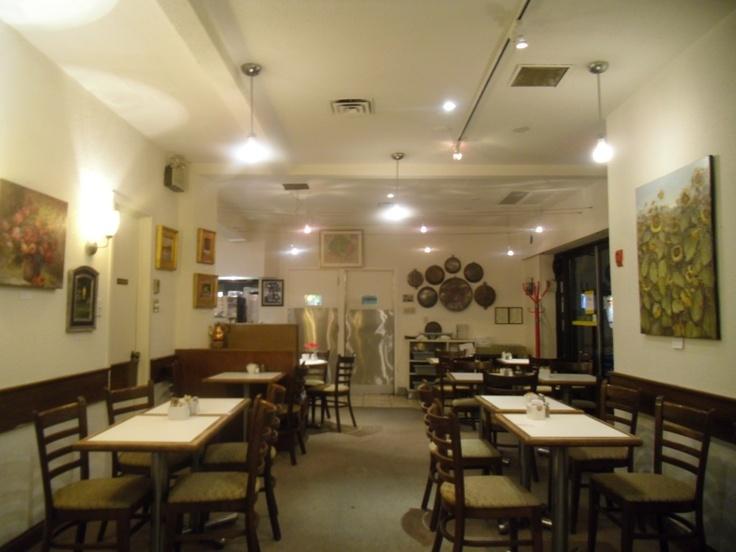 """Egy késői vacsora a torontói Coffee Mill-ben. Kanadai Magyar Hírlap, 2012. február 5.  A Coffee Mill enteriőrje egyáltalán nem tükrözi a """"tipikus,"""" észak-amerikai magyar éttermek hagyományos dizájn elemeit. Hiányzik a kalocsai motívumú népi díszités, vagy a rekonstruált pusztai csárda mű és sokszor nyomasztó hangulata. A Coffee Mill világos, egyszerű és letisztult díszítéséhez viszont hozzátartoznak a Kanadai Magyar Képzőművészek Egyesülete (HUVAC) tagjainak eredeti festményei."""