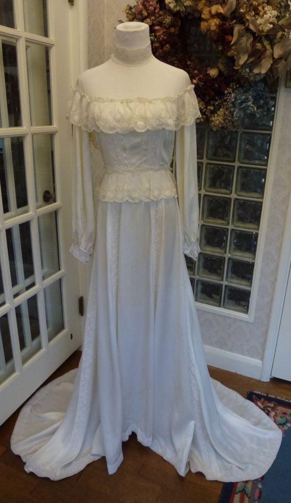 Vintage jaren 70 jaren 1970 Victoriaanse trouwjurk ivoor satijn Lace uit schouder lange mouw trein drukte romantische Wedding Gown S Small