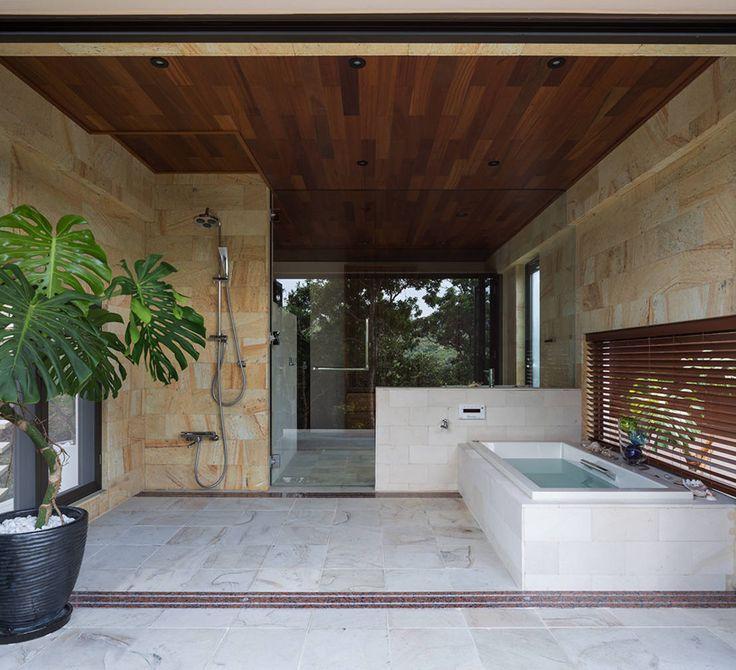 バスルームの床材は何を選ぶべき? #バスルーム #お風呂 #床 #homify https://www.homify.jp/ideabooks/252675 岡部義孝建築設計事務所 の モダンな 洗面所/風呂/トイレ 座喜味のヴィラ
