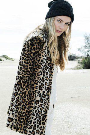 Manteau léopard de Stradivarius en fausse fourrure - Journal des Femmes Mode