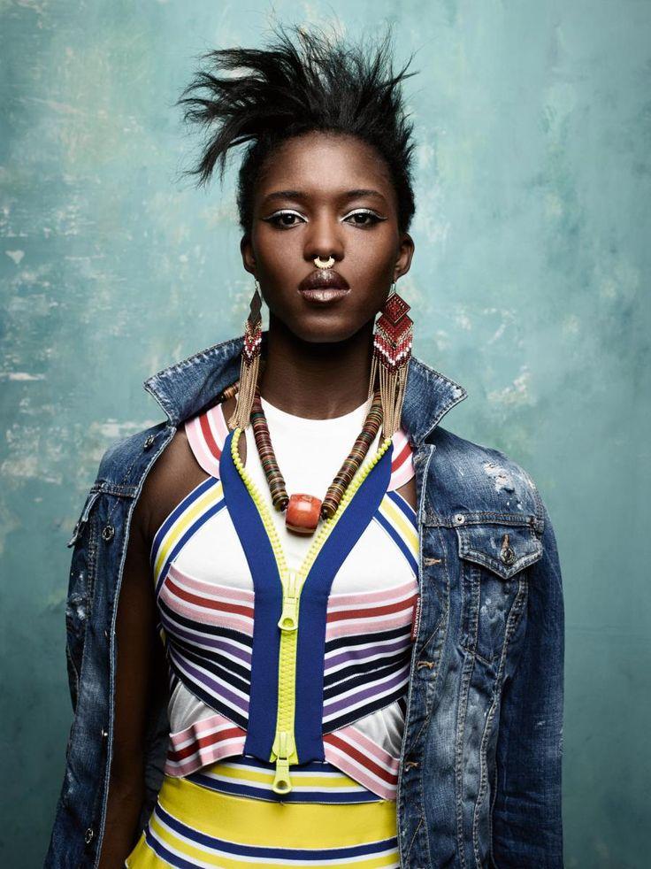 Veste en jean, débardeur en coton et robe multicolore en coton Stretch, DSQUARED2. Collier, CÉSARÉE. Boucles d'oreilles vintage.