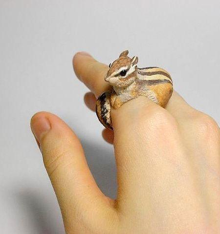 Il crée de magnifiques bagues représentant des animaux!