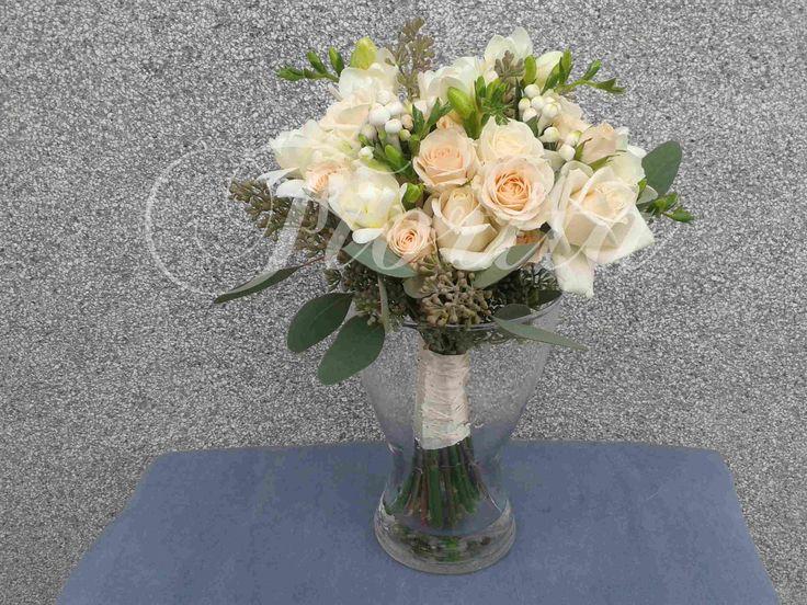 Svatební kytice z růží, frézií a bouvardií