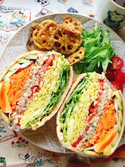 先日の自家製鯖の水煮をほぐしてマヨ和えし、ツナサラダ風に。油揚げをパンに見立ててお野菜とともにサンドイッチにします。 過去に何度か作った「油揚げサンドイッチ」ですが、最近Instagramで美しい油揚げサンドを何度か拝見しまして→こちら。この@rei_linda さんのpicを真似て油揚げサンドを作ってみました(*^^*)モリモリわんぱくサンド。 挟んだ鯖の水煮の作り方はこちら www.misublog.com 〈材料〉1~2人分 油揚げ (大判) 1枚昆布醤油 大1 *サバマヨ*鯖の水煮 レシピの全量(半身1枚分) ☆マヨネーズ 大1 ☆プレーンヨーグルト 大3 ☆昆布醤油 小1/4 ☆大葉…
