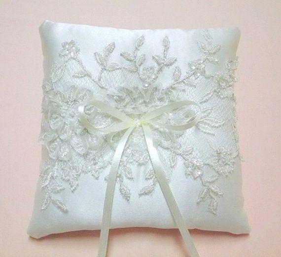 Anello di matrimonio avorio cuscino decorato con pizzo