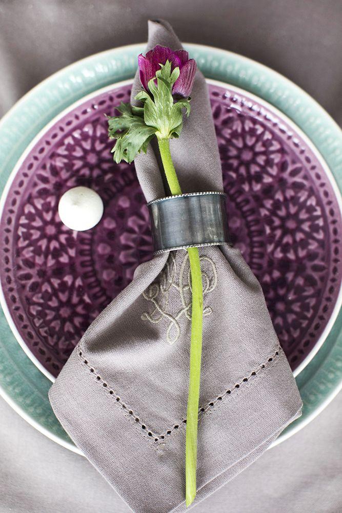 Яркая посуда в весенней сервировке стола