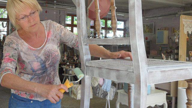 Shabby Chic zum Selbermachen: Maritta Schlotter macht aus einem ausrangierten Stuhl ein kleines Vintage-Highlight. (Quelle: Vintage Wohnwerkstatt)