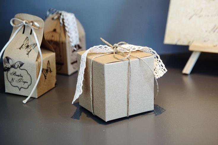 Μπομπονιέρες Atelier Zolotas κουτάκια μίνι με παλαιωμένο χαρτί, vintage εκτύπωση και κορδόνι.