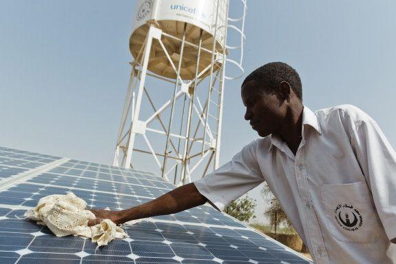 23 jan 2013: Borrade brunnar stoppar kolera  I länder som har stor brist på rent vatten, fortsätter vi tålmodigt att förbättra vattensystemen. I de fattiga områdena kring Tchads huvudstad N'Djamena borrade vi till exempel förra året sju stycken 60 meter djupa brunnar för att familjer och barn ska få rent dricksvatten istället för att köpa opålitligt och dyrt vatten av försäljare på marknaden.
