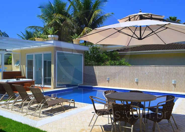 Uma área gramada faz a conexão entre o espaço gourmet e o lazer ao ar livre. A linda piscina com raia é um convite para se refrescar nos escaldantes dias de sol e para a prática de natação aos que se dedicam aos cuidados com o corpo.