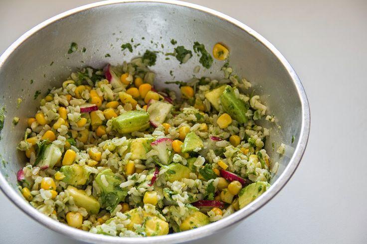 Salada de arroz integral, rabanete, abacate e milho com molho de coentro