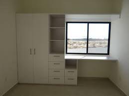 Closet con escritorio.