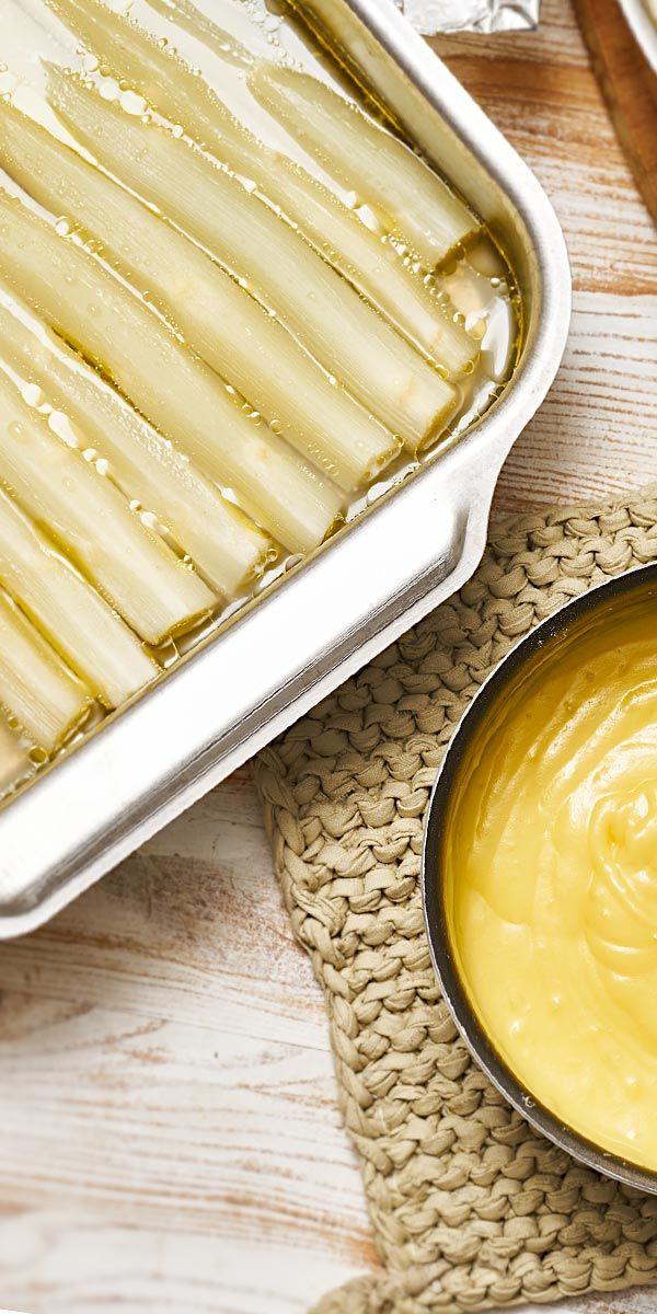 Du möchtest deinen Spargel so zubereiten, dass er möglichst viel Aroma bewahrt und sanft gart? Dann sieh dir unser Rezept für Spargel aus dem Ofen an. Du benötigst nur wenige weitere Zutaten und lässt dem Spargel so den Vortritt.