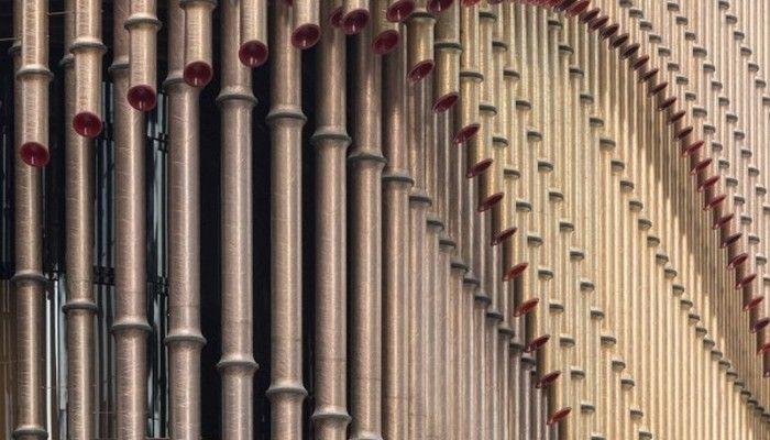 Bu yeni sanat ve kültür binası perde gibi dış yüzeye sahip ve 3 katmanlı bronz borulardan oluşuyor.