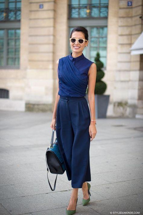 Office look de verão: 10 produções para te inspirar. Conjuntinho azul marinho, camisa sem manga, calça pantacourt, scarpin verde