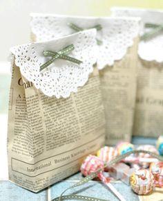 Kleine DIY-Tütchen aus Zeitungspapier... via Designchen