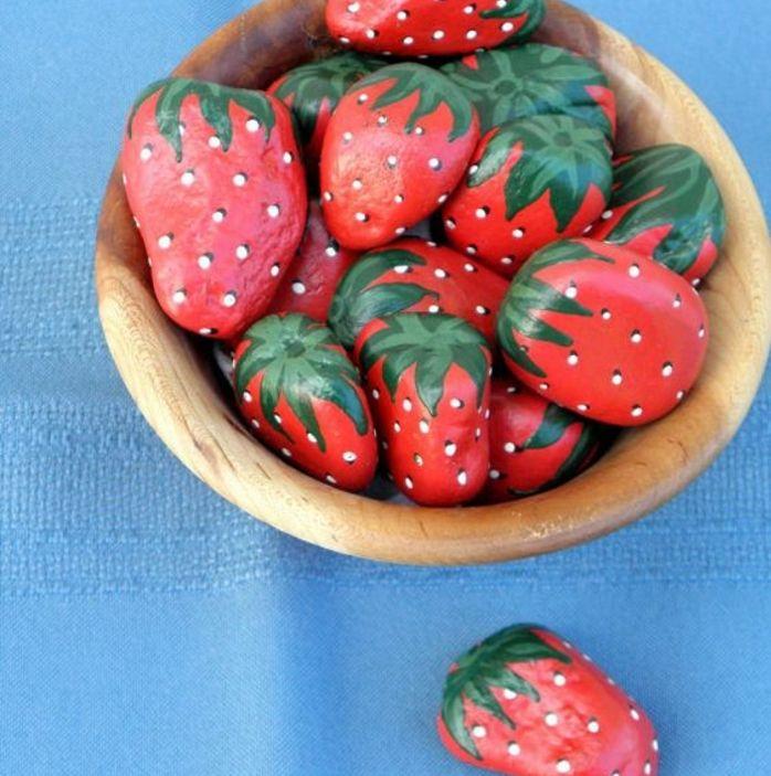 idée galets peints en rouge et vert, des fraises artificielles, idée comment décorer son jardin de manière originale