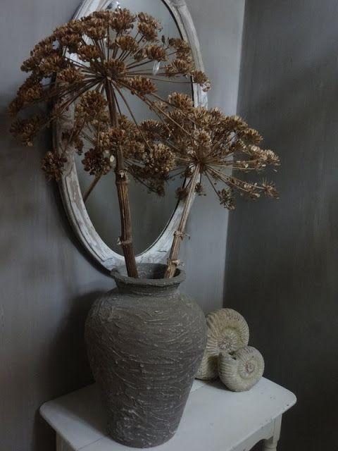 Uitgebloeide berenklauw op vaas je kan de tak met bloem ook wit of in een kleurtje spuiten - Ad decoratie binnen ...
