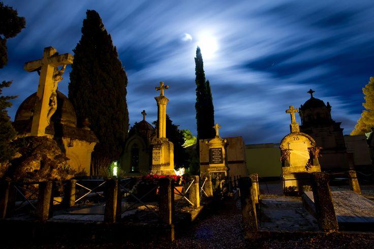 El Cementerio se organiza en diferentes recintos; el del clero y religiosas; el cementerio civil; la parcela de militares; las galerías subterráneas, ejemplo único en España; los hipogeos; el cenotafio y las fosas comunes... #Alcoy #Alcoi Ruta Europea de #Cementerios