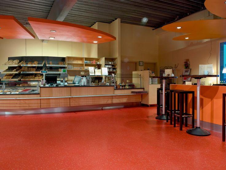 Não somos pisos vinílicos, somos pisos de borracha. Os pisos Nora são 100% de borracha, baseados em qualidade e sustentabilidade com mais de 300 variações de cores e design, totalmente ergonômico, certificação LEED, resistente a manchas, ao grande tráfego comercial e voltado para diversas aplicações. Instalação dos pisos noraplan® signa – environcare 2962 no Bio-Supermarkt Fair & Quer em Heidelberg   Alemanha.