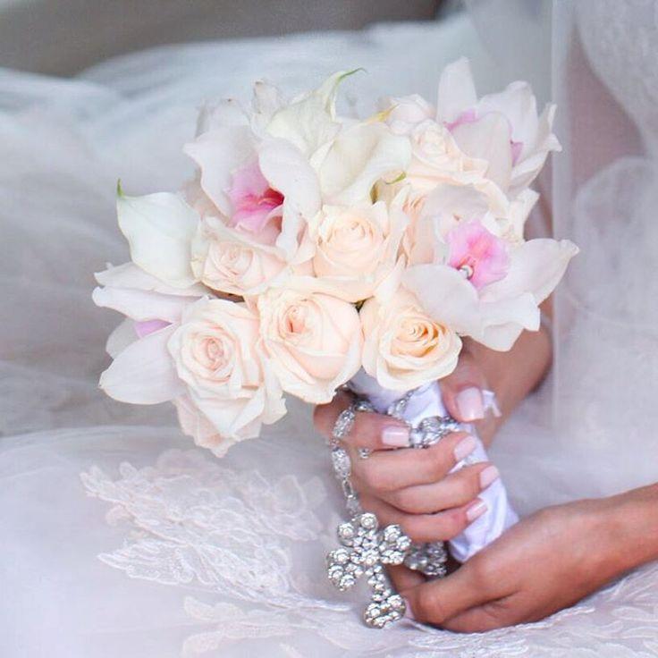 Puedes llevar en tu ramo un recuerdo de alguien especial que no puede estar contigo ese dia  #boda #bouquet #wedding #weddinginspiration #weddingbouquet #cymbidium #orchids #roses #rosary #details #love #andreayjaime #weddingdetails #weddingflowers Foto por Hollywood Bodas