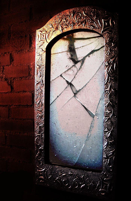 Best 25 broken mirror art ideas on pinterest mirror art for Broken mirror art