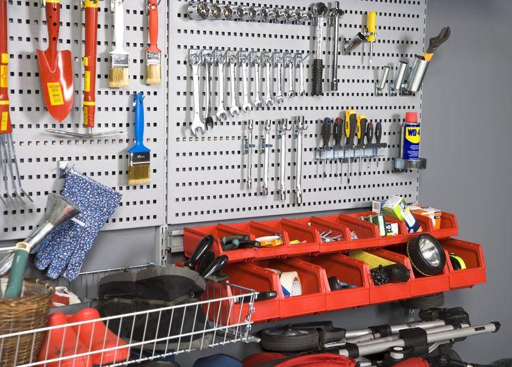 Koukkusarjan avulla pysyvät työkalut järjestyksessä. - Handy hooks for keeping tools organised.