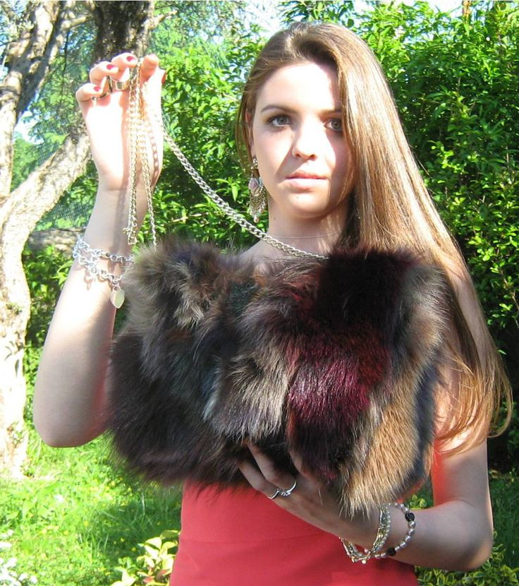 Borsa a tracolla di misura media in pelliccia di volpe multicolore, lavorazione patchwork, manico lungo di catenella dorata by AtelierUnipel on Etsy