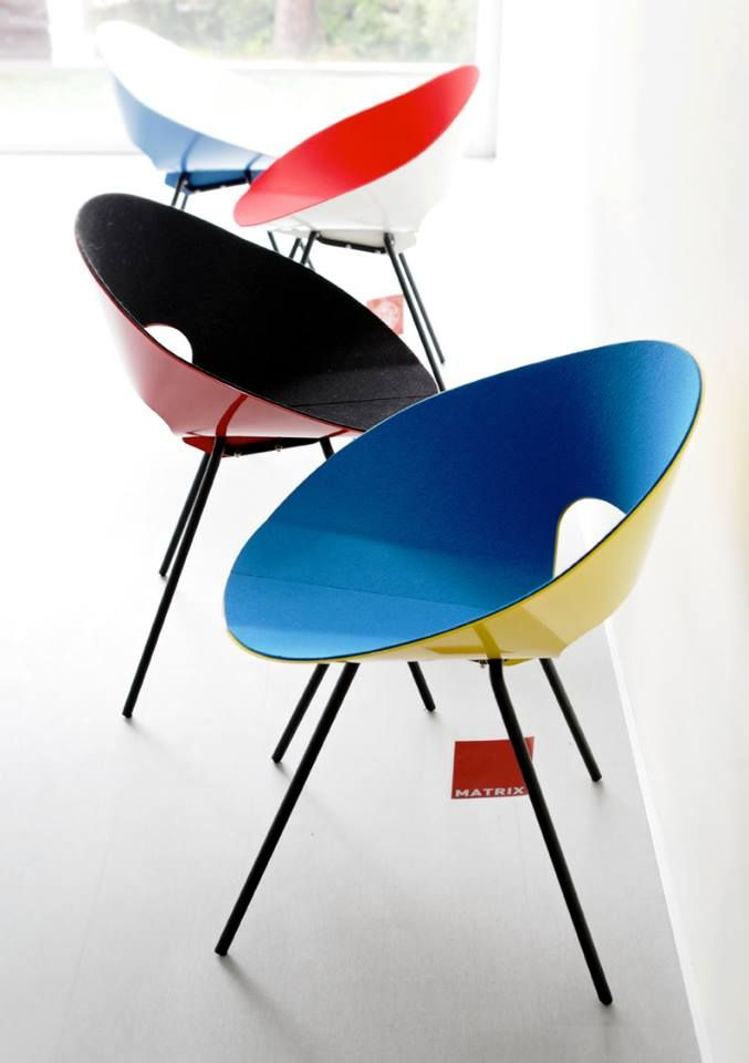 The chair KD04, designed by Donald Knorr and produced by Matrix International, won the first prize ex aequo in the competition held by MoMA in 1948, for the design of low-cost furniture. Thanks to the harmony of its form and the pureness of its style, this chair has continued to exercise its influence on modern and contemporary design.   #donaldknorr #colors #design #chair #moma #metalchair #shellchair #momamuseum
