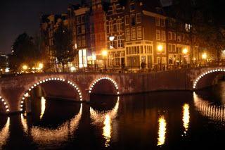 Viajar a Amsterdam la ciudad de los canales aeropost sa http://ift.tt/1Xi4oth La característica principal de Amsterdam es que se encuentra llena de canales debido a que la ciudad es atravesada por varios ríos importantes. Pero además Amsterdam es una ciudad más bien chica por lo que se la puede recorrer fácilmente en bicicleta o de a pie.Pero no se dejen engañar por su tamaño Amsterdam tiene muchos lugares para visitar. Si nos vamos de viaje a Amsterdam podremos recorrer una ciudad donde la…
