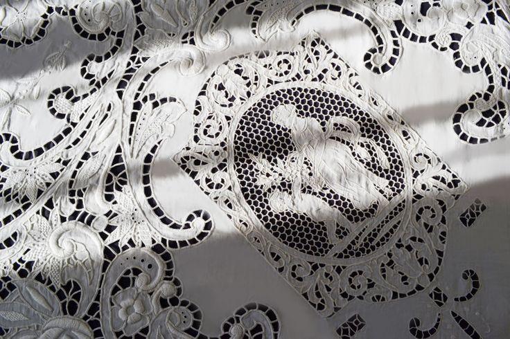 Copriletto_ricami_guestroom_cameraospiti_white
