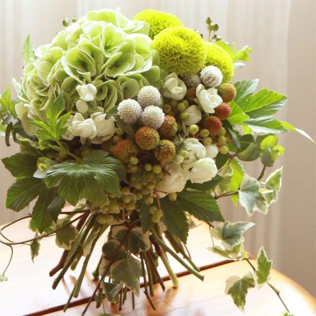 ★木の実のボールブーケ 木の実を中心に秋の実りをたっぷり集めた、ボールのようにまるいブーケ。まるいかたちにやさしい気持ちを込めて、大切な人に贈りましょう。 6,000円(税別)# kusakanmuri
