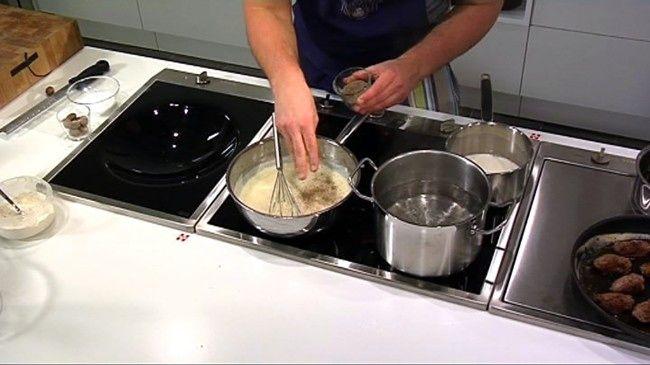 Slik lager du god saus fra bunnen Lærer du deg disse sausene, trenger du aldri mer bruke pose. Her er ti oppskrifter på hjemmelagd saus til kjøtt, fisk, fugl, pasta og pizza.