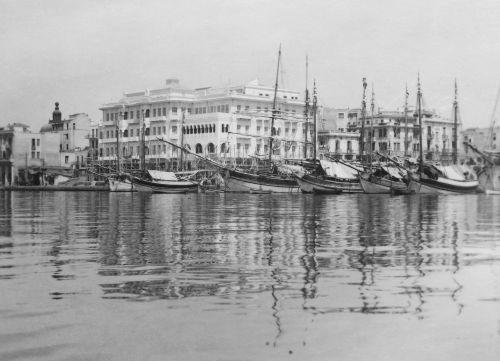 Ένα πλάνο από τη θάλασσα, στο ύψος του Mediterranean Palace, στα τέλη της δεκαετίας το 1920.