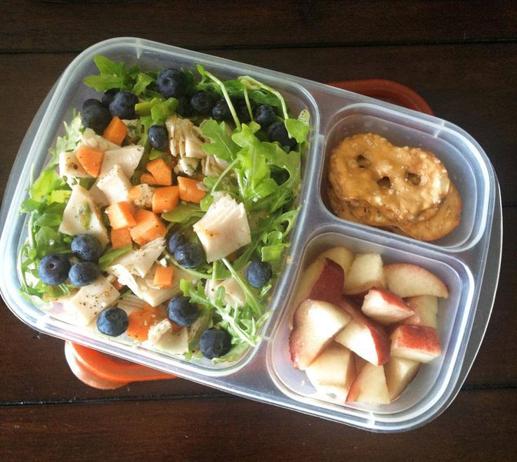 MOMables office lunch: arugula salad (carrots, blueberries, turkey, blue cheese), white peach, pretzel thins