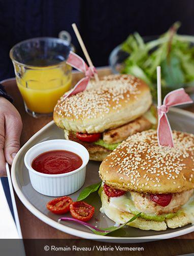 BURGERS DE POULET AU GUACAMOLE ET AU FROMAGE DE CHÈVRE Ingrédients pour 4 personnes : 2 filets de poulet fermier St SEVER Label Rouge 2 avocats 2 petites tomates 1 petit oignon ½ citron ½ poivron rouge 1 cuillère à café de piment doux 8 cuillères à café de miel 2 cabécous 4 pains à hamburger 1 cuillère à soupe d'huile d'olive Sel et poivre du moulin  Des burgers généreux au poulet et au fromage. Comment ne pas succomber à la tentation :-). Avec un bon guacamole aux avocats frais en prime !