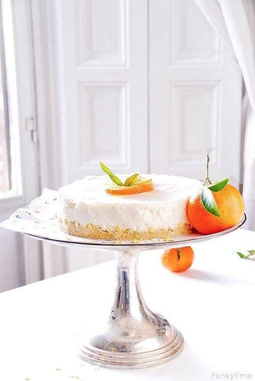 Апельсиновый пирог из йогурта Основа: ●крошка от печенья (8-10 шт),●40 г растопленного сливочного масла Начинка:●100 г натурального йогурта,●150 мл апельсинового сока, ●1 столовая лимонного сока, ●150 мл жирных сливок для взбивания, ●1 столовая ложка желатина, ●3 столовых ложки сахара, ●150 мл воды, ●тертая цедры апельсина