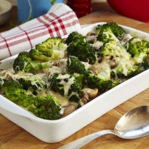Broccoligratäng med kassler och champinjoner.